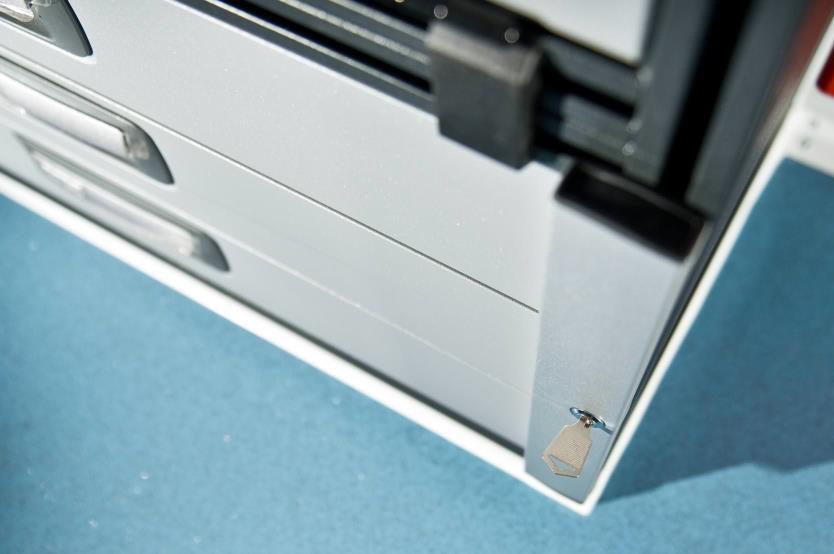 cab3dr metallschrank mit 3 verschlie baren schubladen. Black Bedroom Furniture Sets. Home Design Ideas