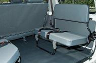 Asientos de vinilo plegables 2x2 (para vehículos de 10 plazas) con cinturones de seguridad.
